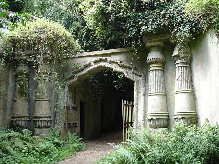 Вход на Египетскую улицу Хайгейтского кладбища. | Фото: ru.wikipedia.org.
