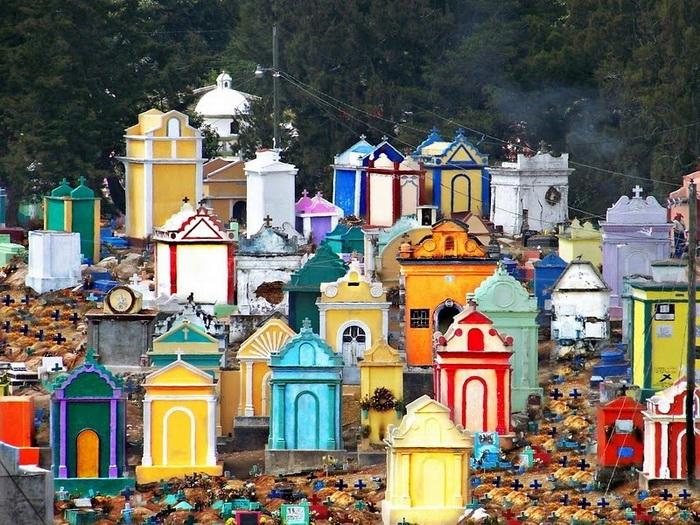 На кладбищах в Гватемале можно встретить все цвета радуги. | Фото: kulturologia.ru.