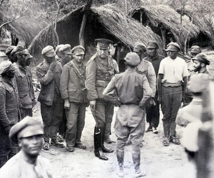 Генерал Кундт проводит смотр боливийских солдат.   Фото: warfarehistorian.blogspot.com.