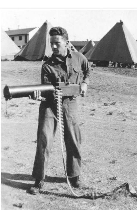 Парагвайский пехотинец с пулеметом Colt периода войны Чако. | Фото: pinterest.com.