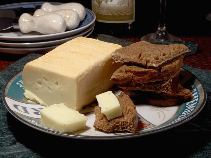 Брусок лимбургского сыра, известного своим резким запахом. | Фото: upload.wikimedia.org.