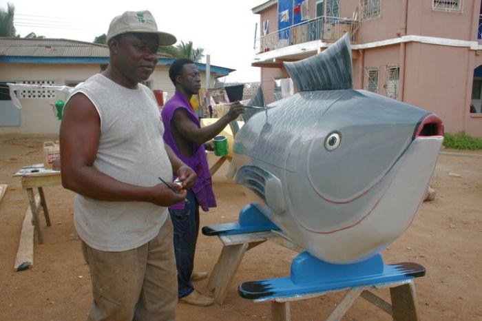 Паа Джо работает над гробом в форме рыбы. | Фото: regulatschumi.ch.