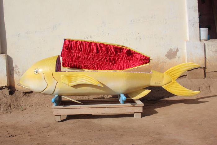 Гроб-рыба от мастера Паа Джо. | Фото: huffingtonpost.com.