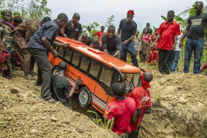 Хоронят африканца-водителя в Гане. | Фото: regulatschumi.ch.
