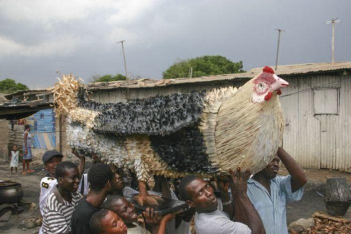 Гроб в форме курицы. | Фото: regulatschumi.ch.