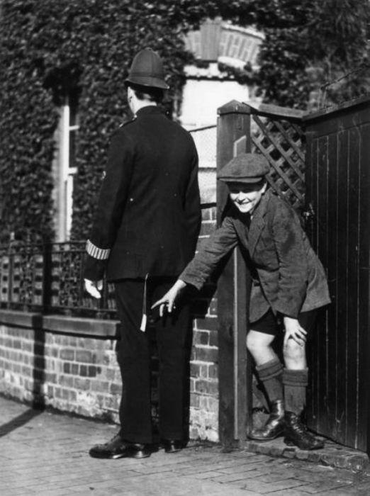 Мальчик пытается подшутить над лондонским полицейским, начало ХХ в. | Фото: izismile.com.