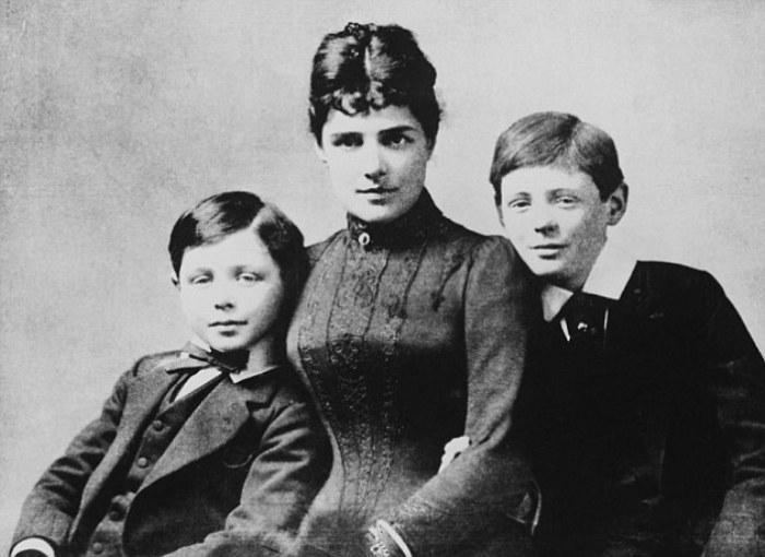 Леди Дженни Черчилль с сыновьями Джоном и Уинстоном. | Фото: dailymail.co.uk.