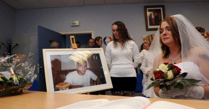 Магали Яскевич с фотографией погибшего жениха на церемонии бракосочетания, 2009 год.   Фото: vindays.com.