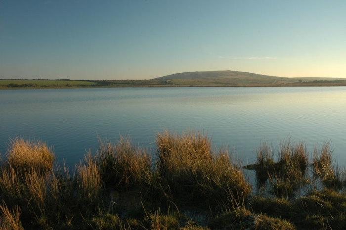 Озеро Дозмари, в котором, по легенде, покоится меч Экскалибур. | Фото: cornwalls.co.uk.
