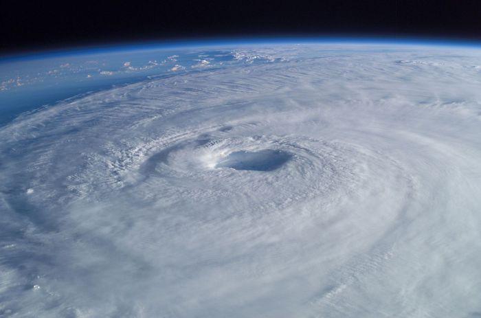 Ураган Изабель, видимый с Международной космической станции. Хорошо видно глаз урагана в центре шторма. | Фото: en.wikipedia.org.