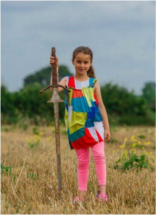 Британская 7-летняя девочка Матильда Джонс и найденный ею меч. | Фото: flytothesky.ru.