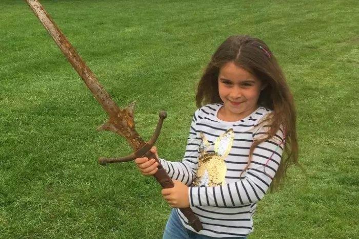 Матильда Джонс - школьница, нашедшая меч Эскалибур. | Фото: yorkshirepost.co.uk.