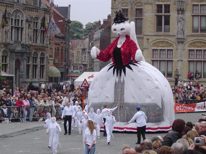 Фестиваль кошек в бельгийском городе Ипр. | Фото: chris-thecatisonthetable.blogspot.com.