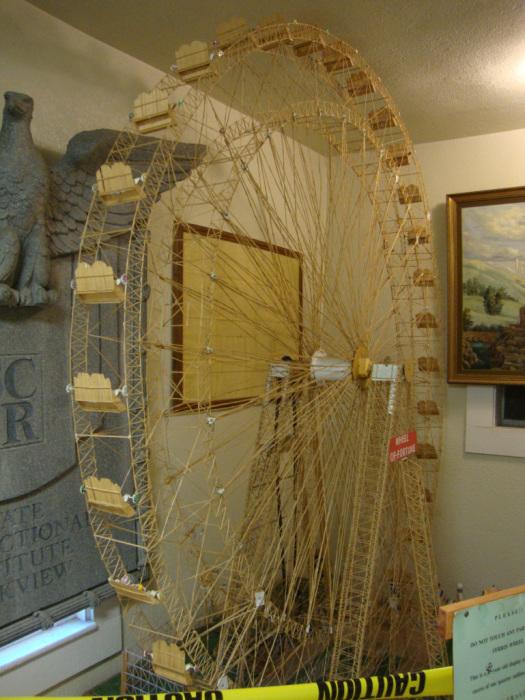 На изготовление чертового колеса было затрачено 10 месяцев кропотливого труда и 250 000 зубочисток. | Фото: folsoms93.com.