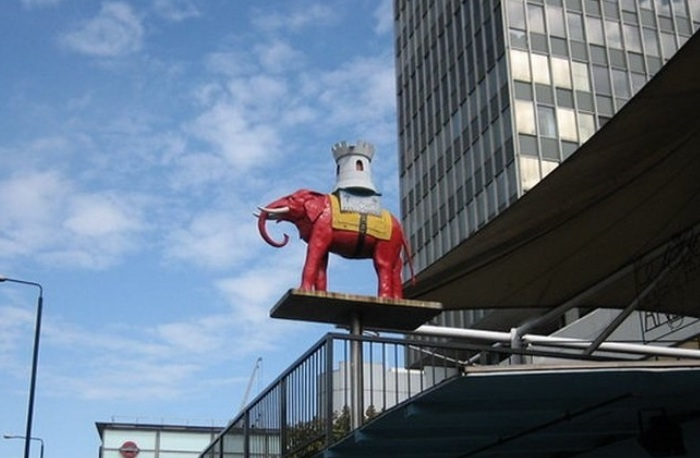 Скульптура на месте прежнего расположения лондонской таверны «Слон и замок». | Фото: pailish.livejournal.com.
