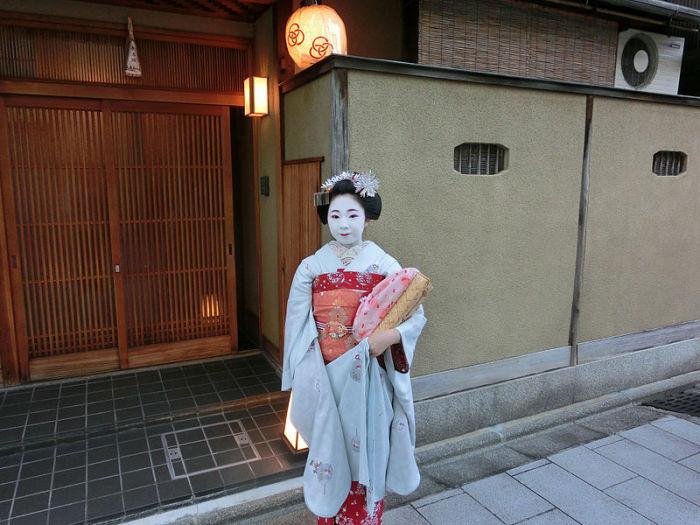Ученица гейши Тосимомо возле окия - дома, где она живет. | Фото: ru.wikipedia.org.