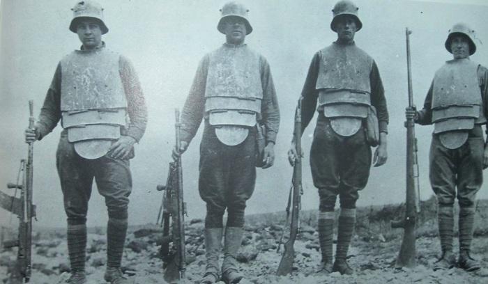 Немецкие штурмовики, экипированные траншейной броней, пулеметами и винтовками, 1918 год.   Фото: greatwarrelics.com.