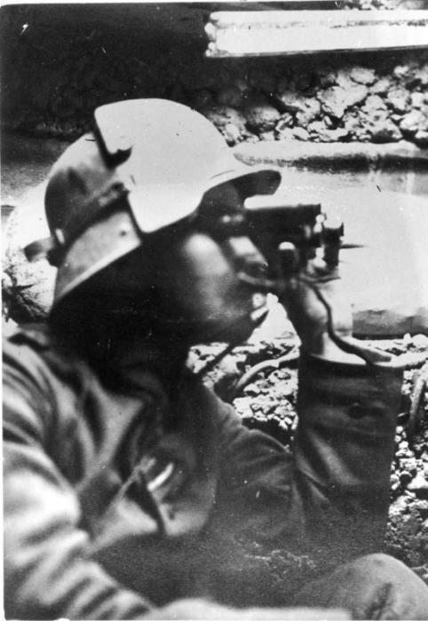 Немецкий солдат-наблюдатель с биноклем, 1916-1918 гг.   Фото: bild.bundesarchiv.de.