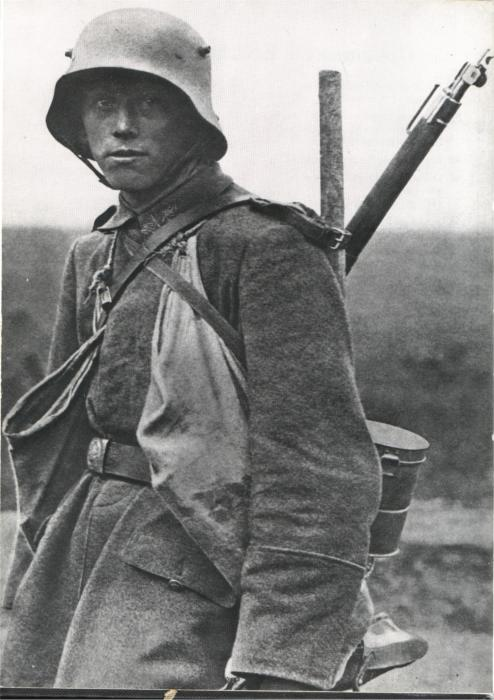 Юный немецкий штурмовик в «рогатом» шлеме М16. Западный фронт, 1918 год.   Фото: alexanderandsonsrestorations.com.