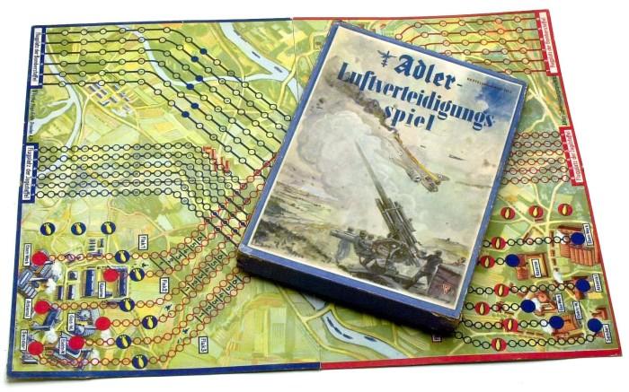 Настольная игра Adler Luftverteidigungsspiel, в которой нужно сбивать вражеские самолеты. | Фото: atlas-repropaperwork.com.
