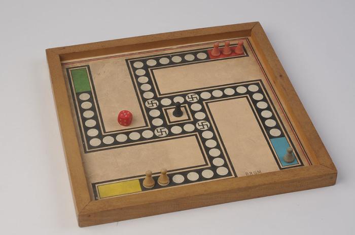 Поле для игры в пачиси, трансформированное в свастику. | Фото: atlasobscura.com.