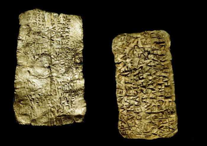 Золотые пластинки с текстами о греках и Подземном мире. | Фото: atlasobscura.com.