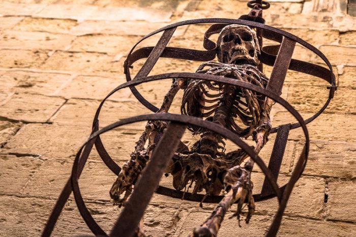 Скелет в гиббете. | Фото: planetdeadly.com.