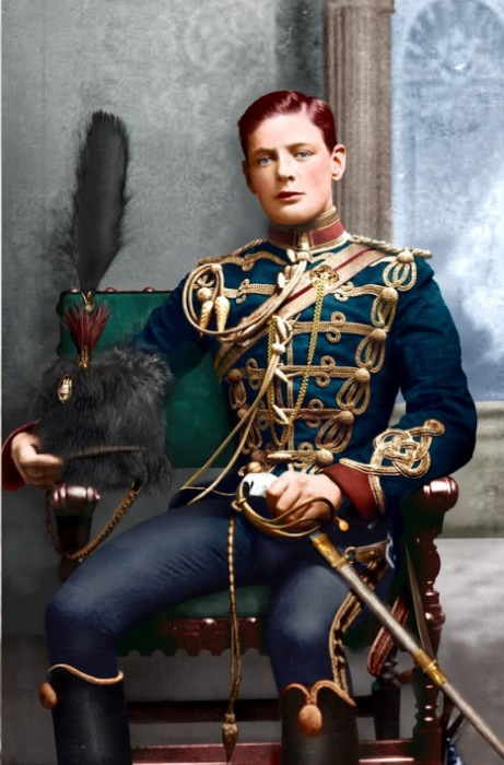 21-летний Уинстон Черчилль в форме корнета 4-го Гусарского полка, 1895 год. | Фото: alexlimcolorization.blogspot.com.