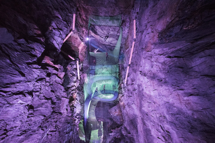 Уникальный подземный парк батутов в уэльской шахте. | Фото: atlasobscura.com.