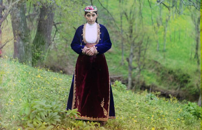 Армянская девушка в национальном костюме. Прокудин-Горский С.М., 1905-1915 гг. | Фото: nedhardy.com.