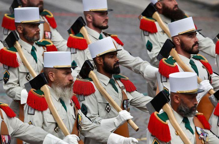 Сапёры Иностранного Легиона маршируют Елисейскими полями на праздновании 14 июля. | Фото: lexpress.fr.