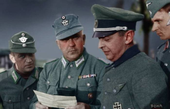 Бронислав Каминский (3-й слева, в фуражке) общается с офицерами немецкой полиции. | Фото: topwar.ru.