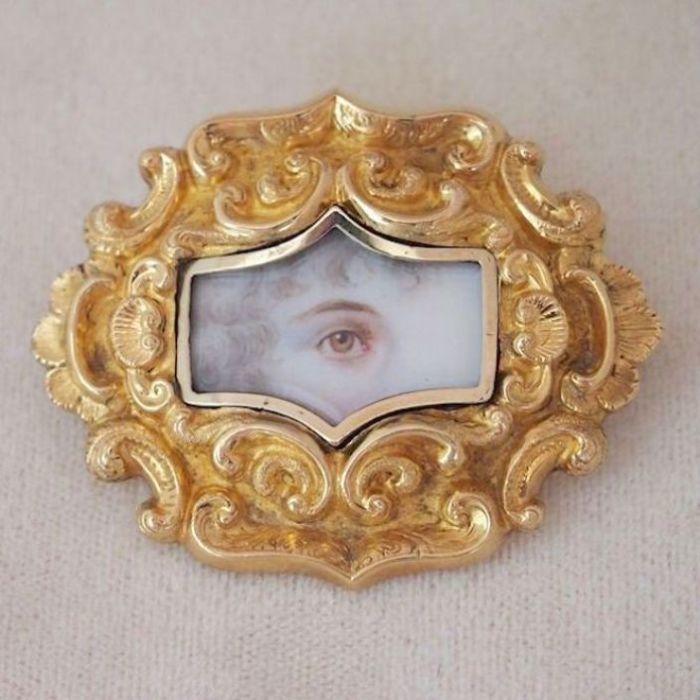 Портрет женщины с кудряшками в обрамлении золотой рамки. Великобритания, 1820-е – 1840-е годы.   Фото: pinterest.com.