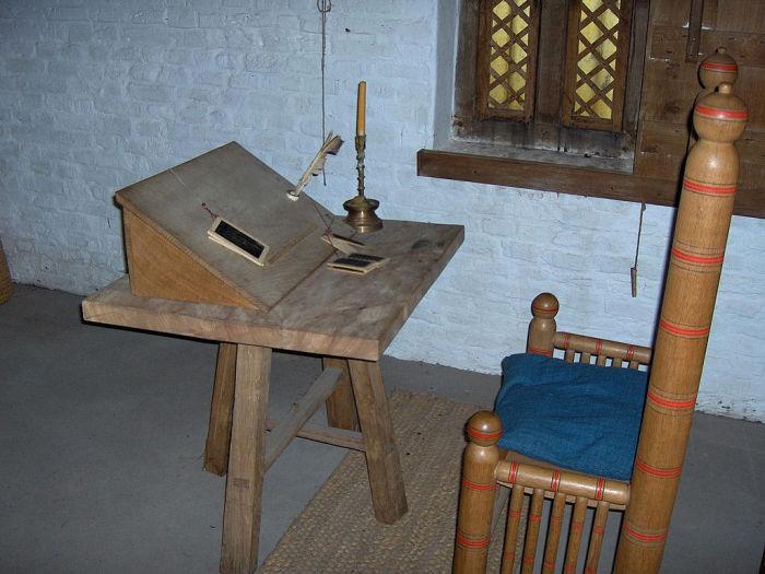 Стол для переписывания книг. Музей Раверсейде, Бельгия. | Фото: ru.wikipedia.org.