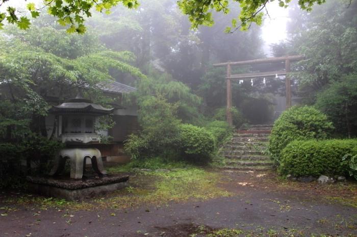 Храм в Фудзиномия, Япония. | Фото: atlasobscura.com.