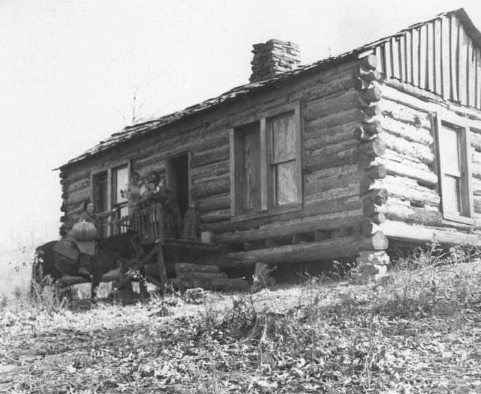 Библиотекарь (верхом) выдает книгу жителям удаленного домика в горах. | Фото: exploreuk.uky.edu.