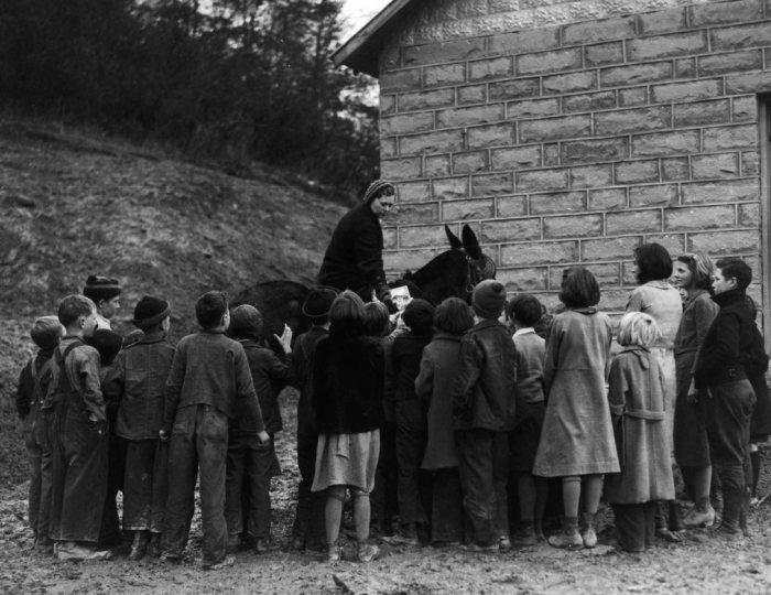 Дети обступили женщину с книгами. | Фото: dspace.kdla.ky.gov.
