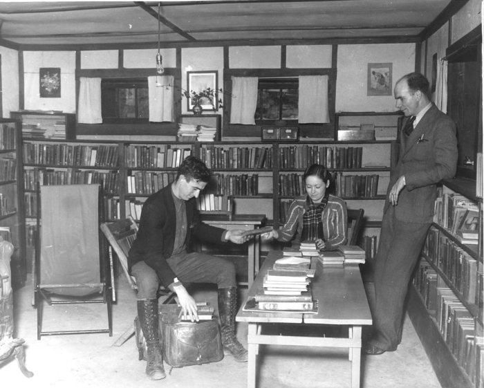 Библиотекарь укладывает книги в седельную сумку. | Фото: exploreuk.uky.edu.