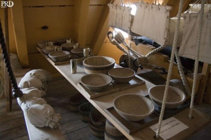 Место для приема пищи на борту линейного корабля HMS Victory. | Фото: pikabu.ru.