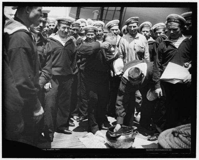 Выдача водки нижним чинам крейсера I ранга «Дмитрий Донской», 1893 год. | Фото: smolbattle.ru.