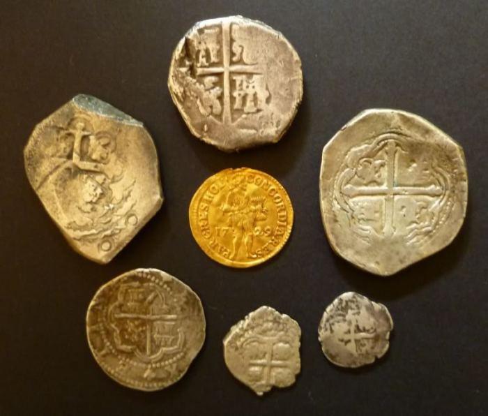 Испанские серебряные монеты и голландский золотой дукат. | Фото: munthunter.nl.