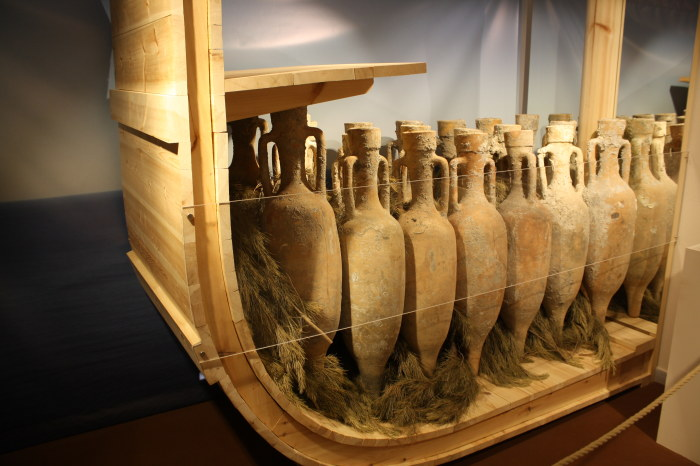Древнегреческие амфоры в том виде, как они перевозились по морю. | Фото: ancient.eu.