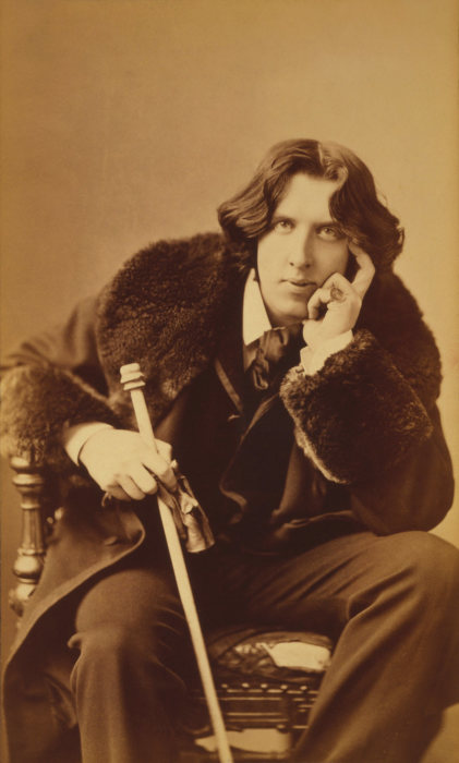 Оскар Уайльд в костюме, который он сам придумал, 1882 год. | Фото: commons.wikimedia.org.