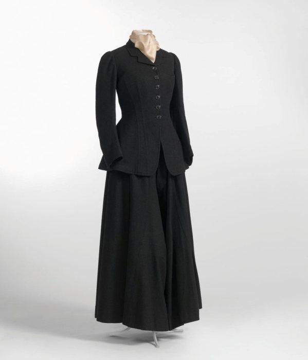 Женский костюм для верховой езды с разделенной юбкой, примерно 1900 год. | Фото: commons.wikimedia.org.