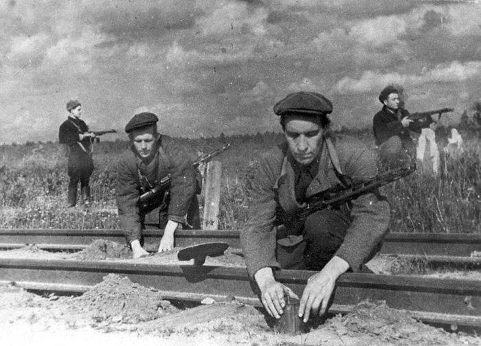 Советские партизаны минируют рельсы. | Фото: defendingrussia.ru.