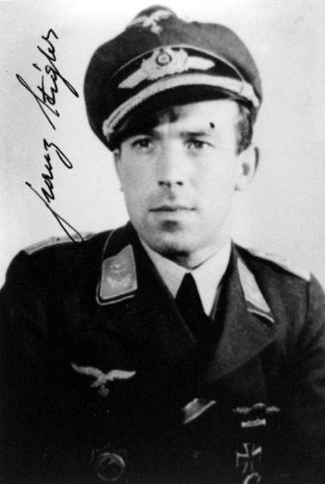 Немецкий летчик-истребитель Франц Штиглер. | Фото: aviationartstore.com.