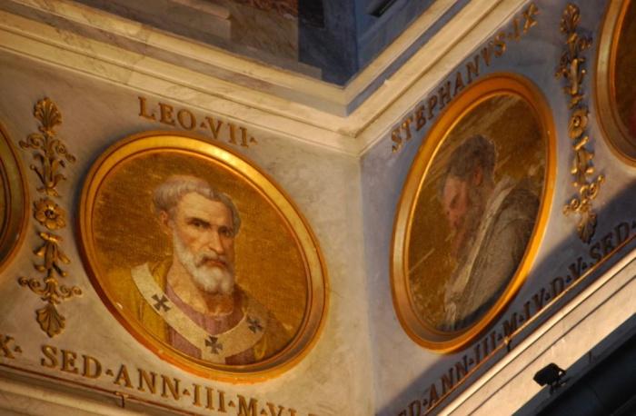 Папы середины X века: Лев VII и Стефан IX. | Фото: sofaarome.wordpress.com.