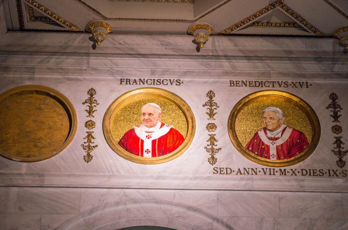 Мозаичные портреты Папы Франсиска и Папы Бенедикта XVI. | Фото: atlasobscura.com.
