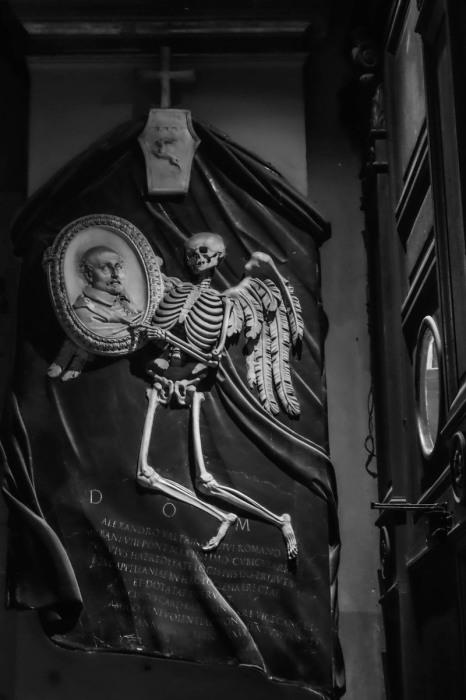 Мемориал Алессандро Валтрини в церкви Сан Лоренцо в Дамасо (Рим, Италия). Мраморный рельеф работы Джованни Лоренцо Бернини, 1639 год. | Фото: atlasobscura.com.