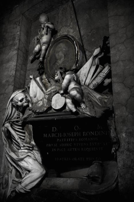 Могила маркиза Джозефа Рондинин в церкви Сант-Онофрио-аль-Джаниколо. Фото: atlasobscura.com.